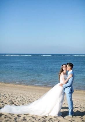 ▲圖片來源/莫小莫提供 瑞莎在海邊親吻老公