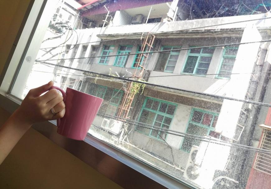 ▲圖片來源/羅晴提供    攝影/李又宗    新北咖啡廳外人民生活的真實風景,這裡面都住著活人,樓下是佛具店、水果店、餐廳。