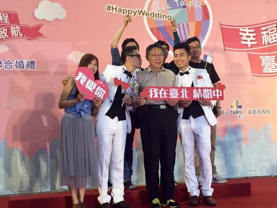 ▲圖片來源/李又宗提供   兩人在台北市聯合婚禮與柯市長合照。