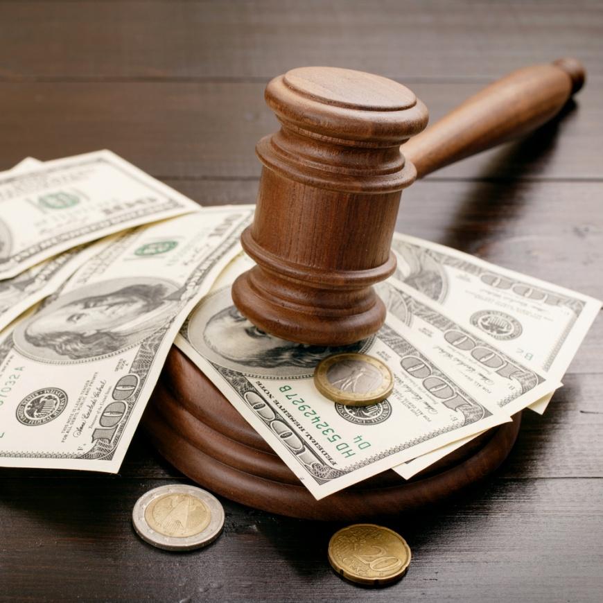 法官在法庭罵被告、揚言收押,被罰10個月薪水,大約150 萬元。示意圖/Shutterstock 揚言收押被告 歧視本省人 重罰法官150萬元