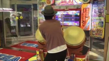 日本神人邊玩太鼓達人邊跳戀曲。圖/翻攝自ふぶきん先生 固定見てみ?推特 邊跳「戀舞」邊打太鼓達人 新垣結衣都辦不到