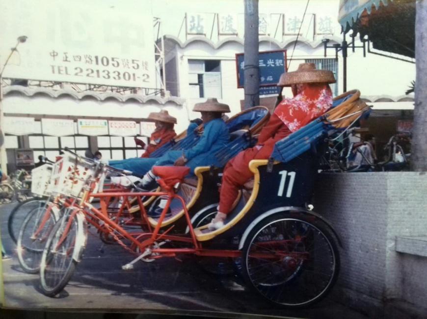 旅客來到旗津,一出輪渡站,首先映入眼簾的,就是三輪車隊整齊排列的特殊景觀。黃映溓攝於1987年,時至今日,旗津景況依舊。