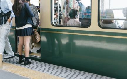 示意照。翻攝自《pakutaso》網站 比癡漢還討厭 日本女生對電車歐吉桑做這件事最困擾
