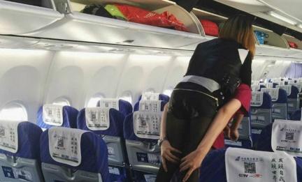 圖/翻攝自《鳳凰網》 好暖心!乘客行動不便 機上沒輪椅空姐揹她如廁下機
