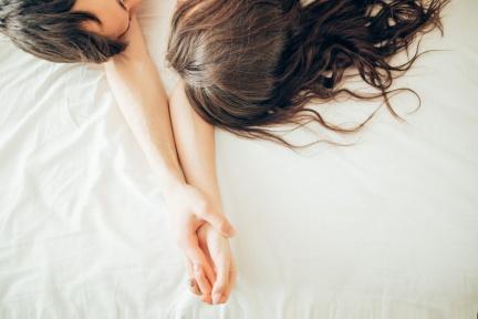 推爆!讓女人自願請你「上床睡覺」的大絕招:裝可憐睡地板!