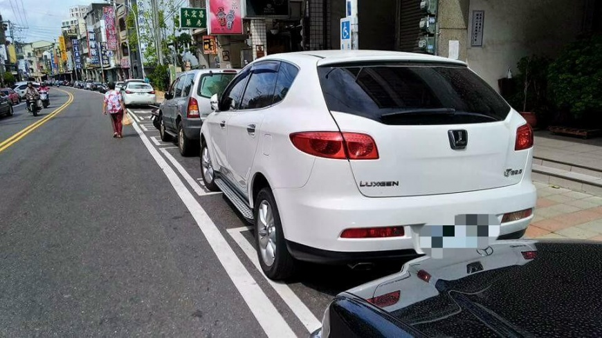 圖/爆料公社 技術太差?停車格前後停一半 還佔殘障停車位!