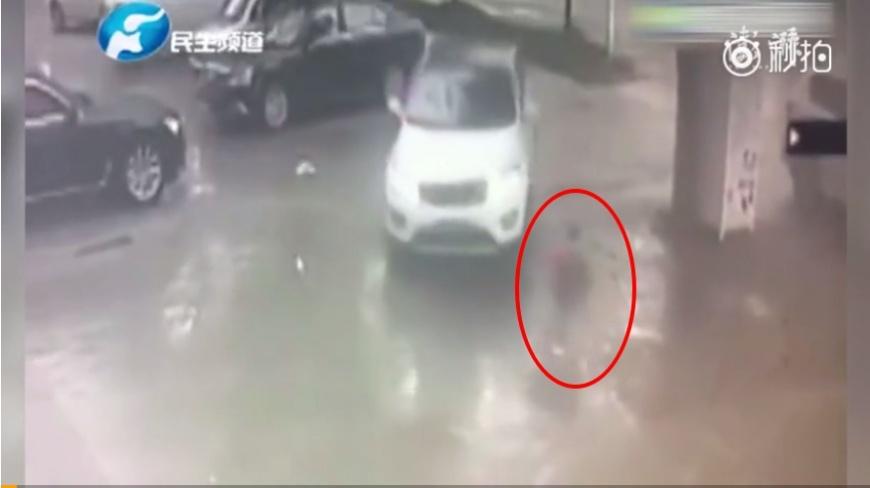 圖/擷取自影片,下同。 命大!2歲童捲入車底輾過 下秒自己爬起來走回家