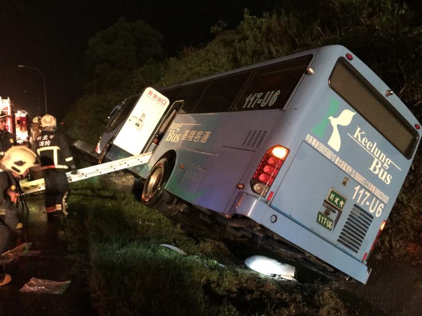 圖/新北市消防局 疑視線差!客運撞路燈翻覆 燈砸2車8人傷