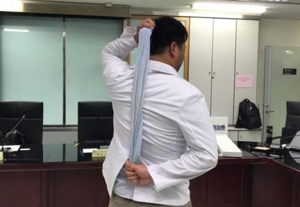 林森中醫昆明院區中醫科舒傳賢醫師示範復健方法。圖片來源/華人健康網
