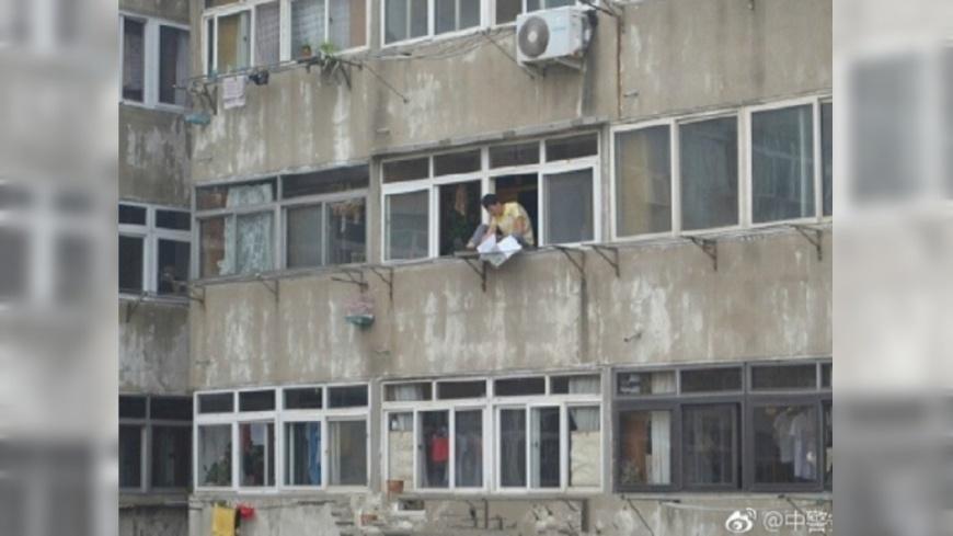 圖/翻攝自《微博》 苦勸跳樓男無效 消防隊員將他「噴」回屋內