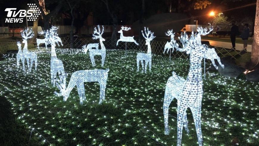 圖/中央社 在南國遇見北國光景 屏東公園燈飾迎耶誕