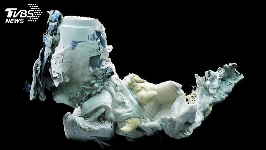 圖/中央社 荒謬的美感 海廢垃圾重生變成藝術品