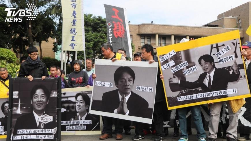 圖/中央社 不滿勞基法修法 民眾網路號召落髮抗議