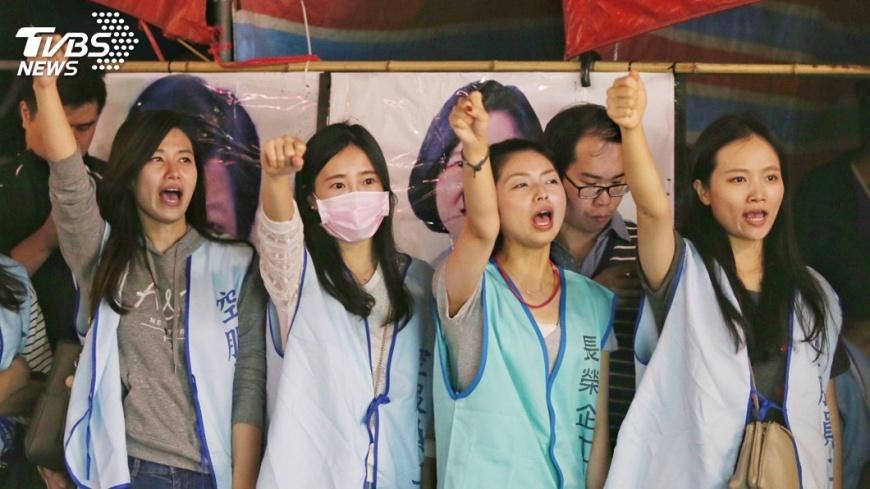 圖/中央社 不滿勞基法修法  勞團4日再赴立院抗議
