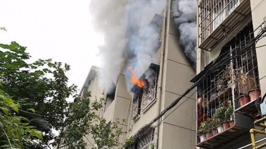 翻攝/微博 大樓火災2女困陽台 竟是一條「內褲」惹禍