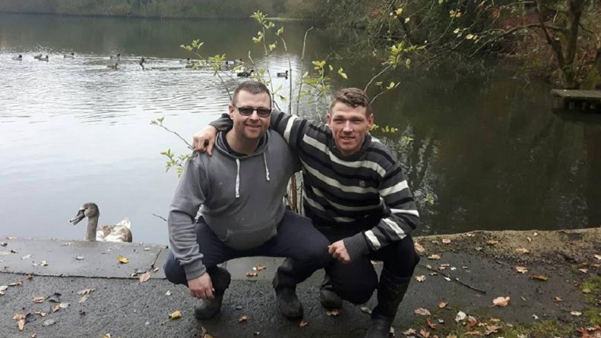 英國一名退伍軍人(左)因為一根菸,找到失散28年的弟弟。(圖/翻攝自臉書) 街頭請流浪漢抽根菸 男找到失散28年弟