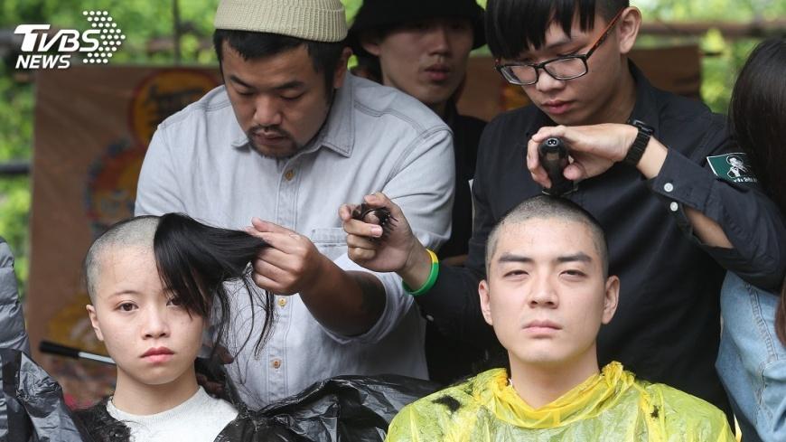 圖/中央社 不滿一例一休再修法 民團誦經落髮抗議