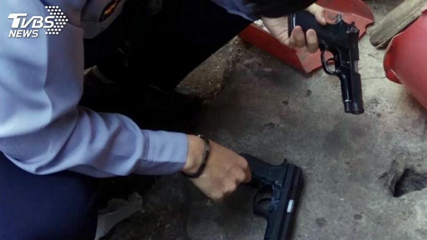 圖/中央社 街友打掃巷弄 赫然發現改造槍枝