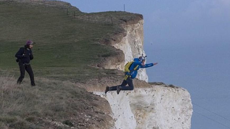 圖/翻攝自《每日郵報》 男跳傘失控墜海 英勇朋友跳162米懸崖搶救
