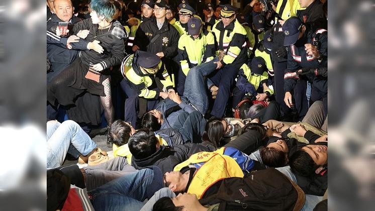 圖/中央社 抗議民眾轉往凱道 警方勸離過程爆推擠衝突