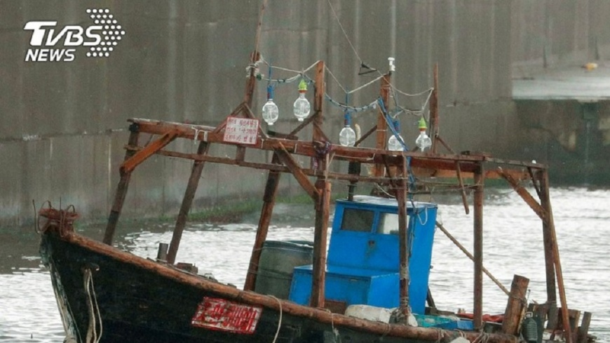 日本海岸最近常發現來自北韓的漂流漁船。圖/達志影像路透社 北韓「幽靈船」漂到日本 9人躲小島狂偷日製家電