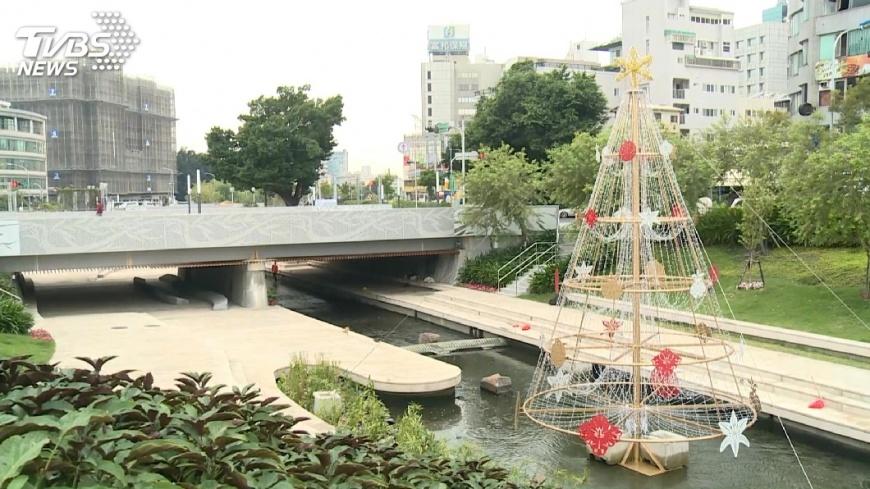 圖/TVBS 耶誕氣氛濃 水中耶誕樹空中燈光秀吸睛