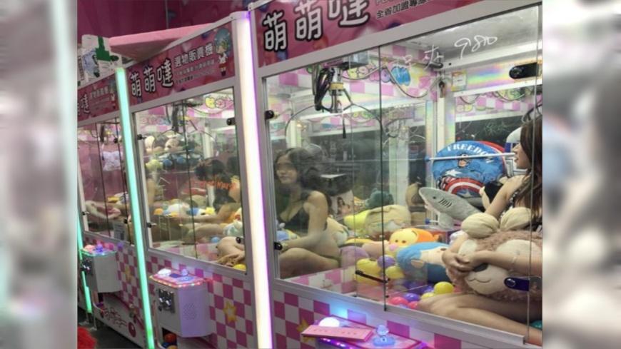 台南某夾娃娃機業者想出奇招招攬生意。圖/翻攝台南萌萌噠選物販賣機臉書,下同