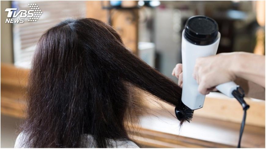 若不將頭髮吹乾再睡覺,除了引起感冒更會「面癱」。示意圖/TVBS