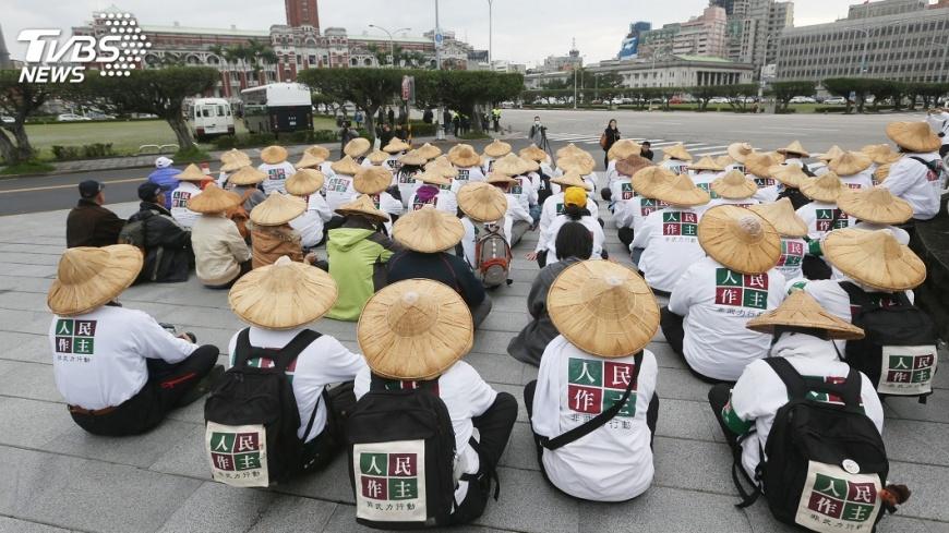 圖/中央社 訴求補正公投法 人民作主繞行總統府
