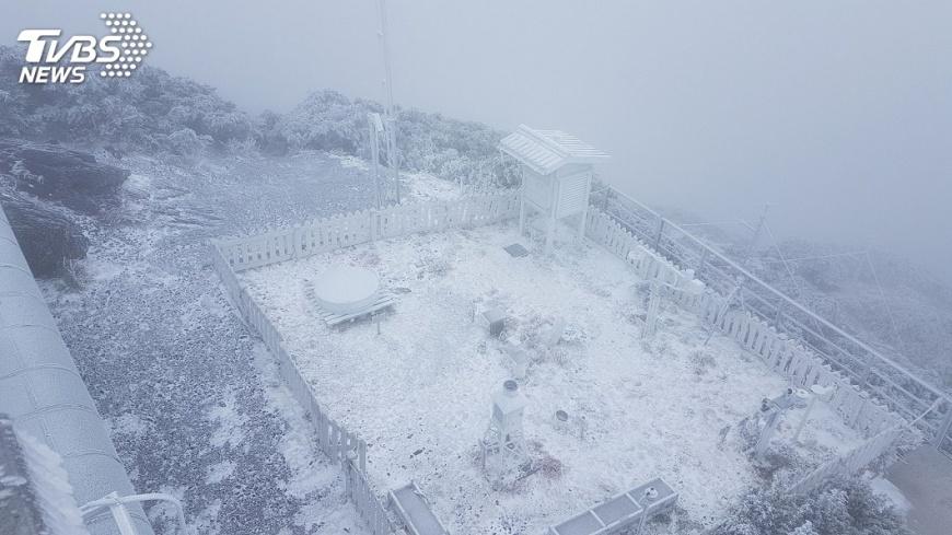 圖/中央社 上山賞雪要穿暖 久待當心高山症