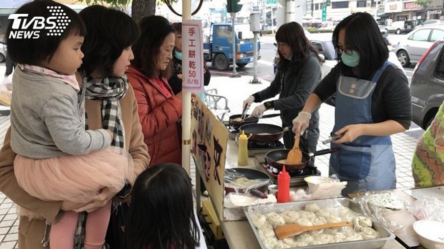 圖/中央社 家扶培訓  單親媽媽擺攤用廚藝自力更生