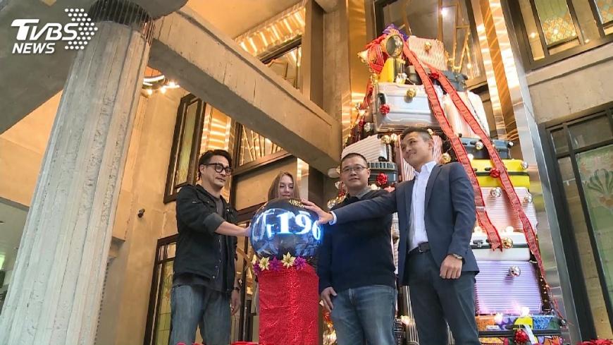 圖/TVBS 超繽紛耶誕樹! 80個行李箱層層堆壘打造
