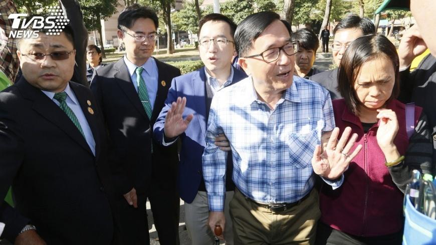 圖/中央社 總統照片集簽書會 群眾熱情迎阿扁