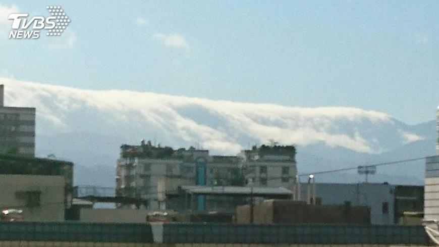 圖/網友Lulu提供 拍到沒?新莊現絕美「雲瀑」 傾瀉山頭氣勢磅礡