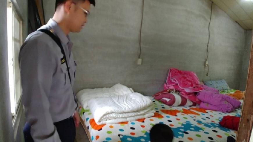 經民眾熱心幫助,小姊妹終於有床可以睡。圖/花蓮縣警察局玉里分局臉書,下同 祖孫擠陋屋!寒夜打通鋪躺冰地 「愛心床墊」讓姊妹笑了