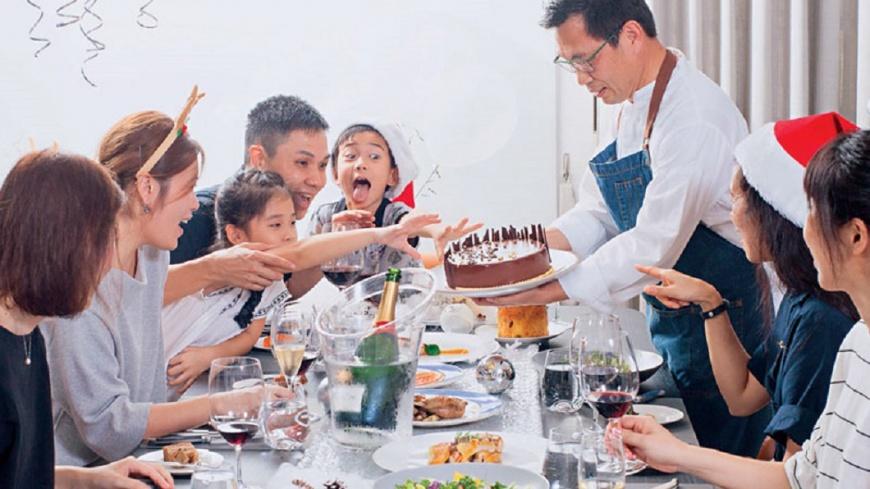 簡天才主廚(右站立者)為李昆霖執行長一家人設計的耶誕大餐,融合了法國傳統與李家人的口味,專屬的客製化服務。圖/商周提供 【商周】烤閹雞、耶誕蛋糕…餐桌上的文化嘉年華