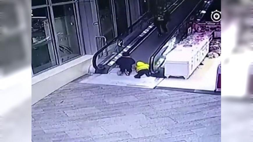3歲童逆向跑上扶梯 手指瞬間夾斷找不到