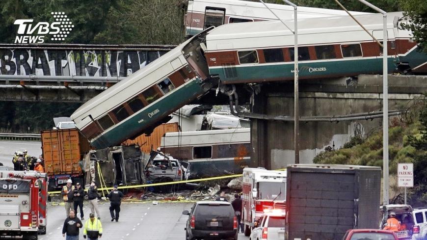 圖/達志影像美聯社,下同 通車首日出事!美高速鐵路脫軌墜落 至少6死77傷