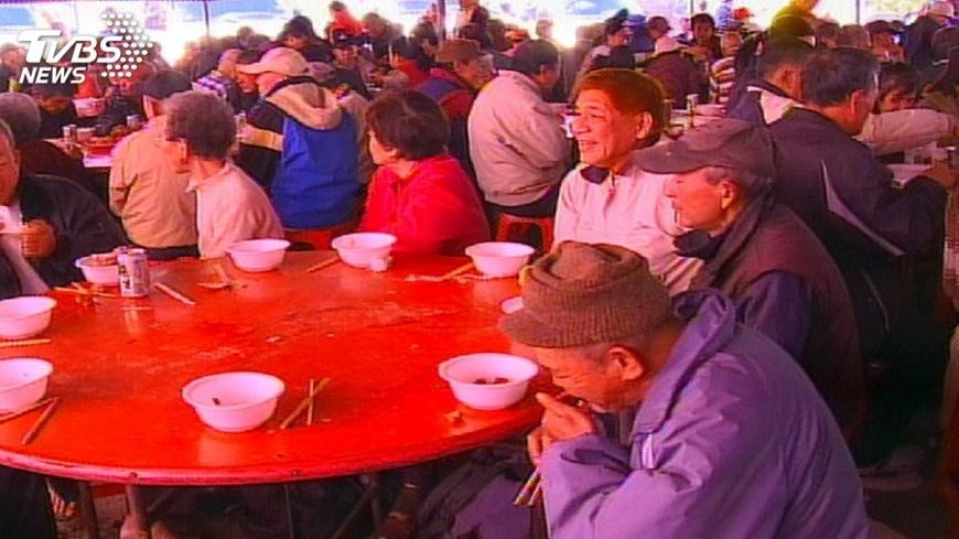 「刈包吉」長達33年替街友免費設宴。圖/TVBS資料畫面 送暖不中斷!「刈包吉」撇父子不和 明年續辦街友宴