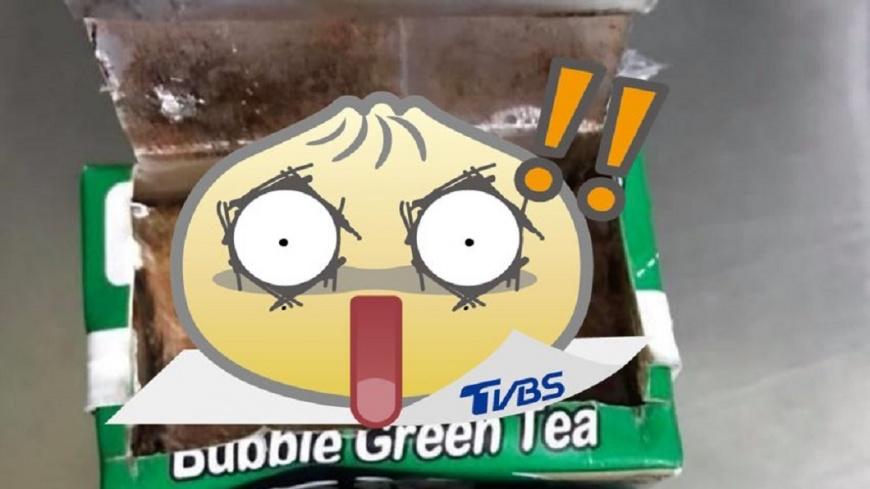 翻攝自/爆料公社 噁!知名綠茶出包?割開後驚見「豆腐乳」結塊物
