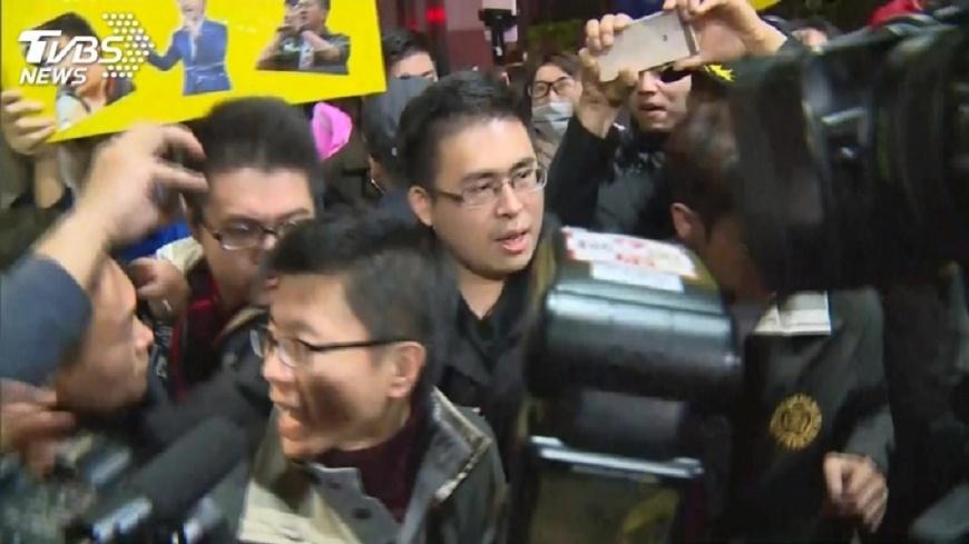 新黨發言人王炳忠19日遭檢調搜索約談。圖/TVBS 抓王炳忠為報復?她納悶「應該抓我」 1句話破盲點