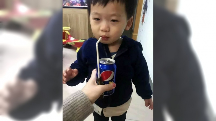 圖/取自微博 媽媽老江湖! 男童傻傻上鉤爽喝「可樂」