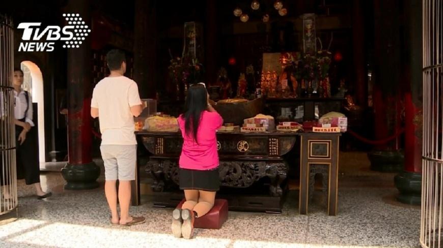 女網友分享自己首次去廟裡拜拜,準備了芭樂去拜土地公,回家後被長輩罵翻。(示意圖/TVBS) 她拿「這水果」去拜土地公 回家挨長輩罵:沒誠意