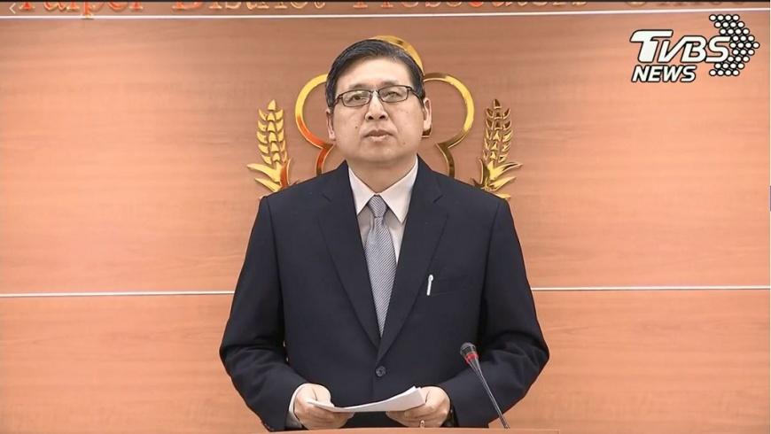 北檢主任檢察官周士榆在說明完搜索王炳忠等人的事由之後,隨即轉身離開未讓媒體提問,讓在場記者錯愕。(圖/TVBS) 為何搜索王炳忠?檢察官說完轉身離開 媒體全錯愕