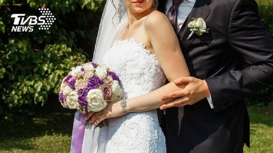 有女網友發文提到,友人拿了喜餅並承諾會參加婚宴,當天卻放鳥,讓她感到不舒服。(示意圖/TVBS) 友拿喜餅答應去婚宴 當天放鳥傳訊:事後補紅包