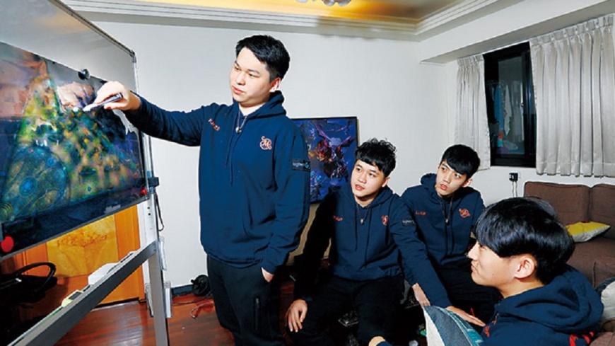 在SMG宿舍裡,練習3小時後,隊長黃成在(站立者)便會花2小時左右,用遊戲模擬地圖與團員溝通戰術。圖/商周提供 【商周】平均19歲電競戰隊 靠輸家心法奪世界冠軍