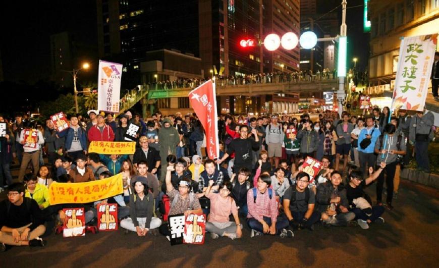 圖/中央社 勞團宣布遊行結束 數百民眾占街頭不肯走