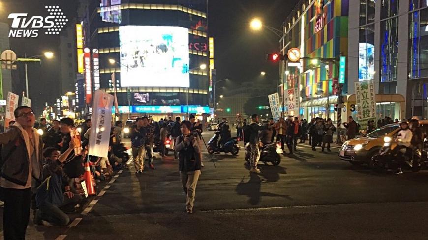 圖/中央社 警強制驅離!抗議群眾3路轉進 占西門町癱瘓交通