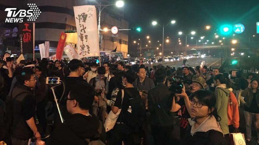 圖/中央社 遊行未離去民眾流竄台北西區 想佔忠孝橋與警推擠