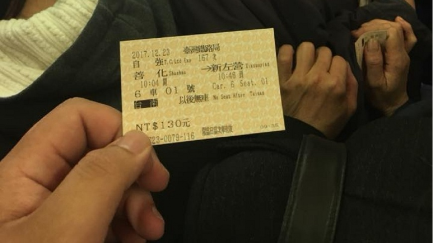有網友花了130元買了自強號的對號車票,結果車廂滿滿都是人,害他走不到自己買的座位。(圖/翻攝自爆怨公社) 他花130元買對號座 車廂擠滿人「看得到坐不到」